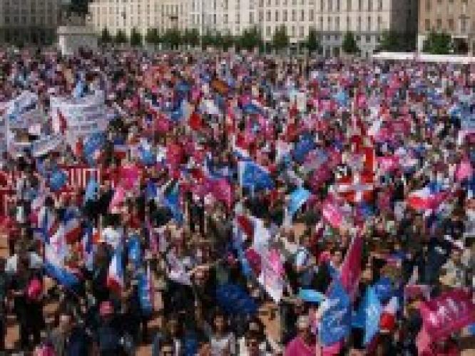 FRANȚA: Continuă manifestațiile împotriva căsătoriei persoanelor de același sex