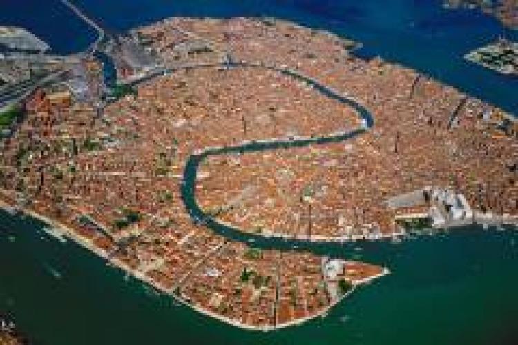 """Oraşul Veneţia interzice termenii """"mamă"""" şi """"tată"""" pe formularele oficiale"""