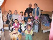 DONEAZA UN PAT–12 copii dintr-o familie penticostala dorm pe jos (vezi foto)